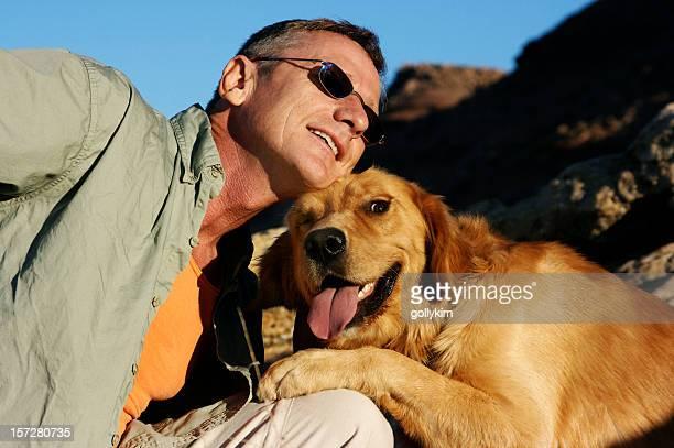 Senior hombre y su labrador dorado