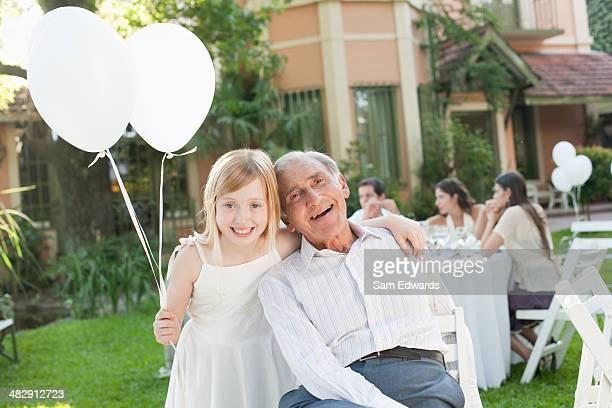 Alter Mann und Junge Mädchen in party mit Ballons im Freien