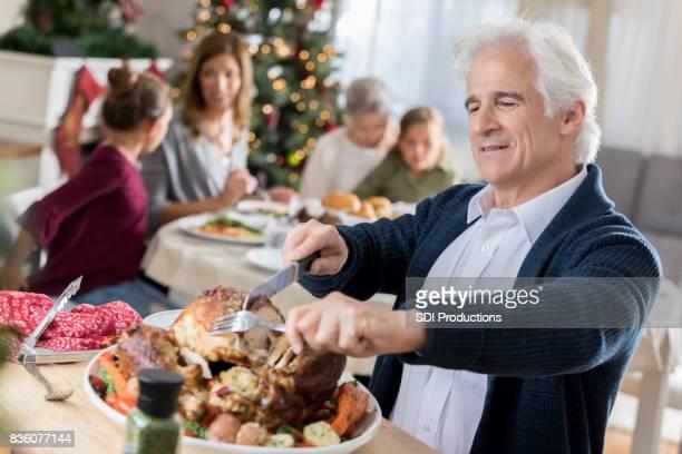 Senior man kerft Turkije voor gezin met Kerstmis