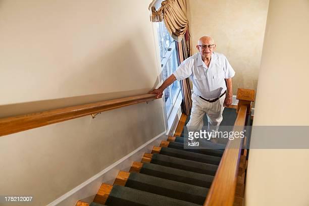 Alter Mann klettert Treppe