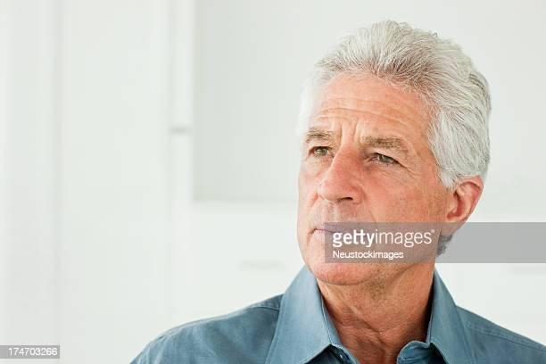 Homme Senior admirer sur blanc