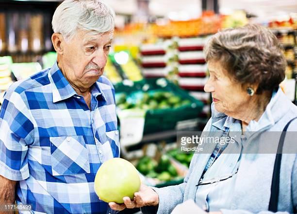 Uomo anziano disapproves di salutare sua moglie offre pompelmo