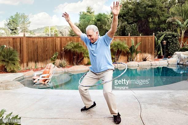 フラフープをする老人男性