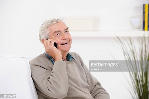 Alter Mann genießen ein Telefongespräch