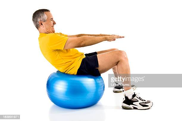 Alter Mann Training auf fitness-ball bei crunches