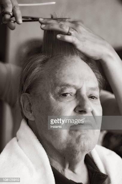 Hombre mayor está corte de cabello, blanco y negro
