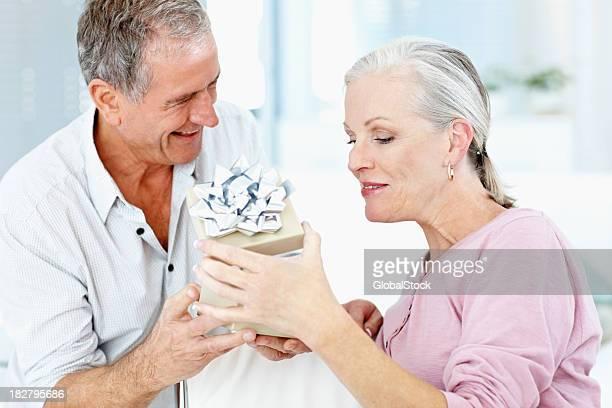 Senior homme donner sa femme sur un anniversaire de mariage