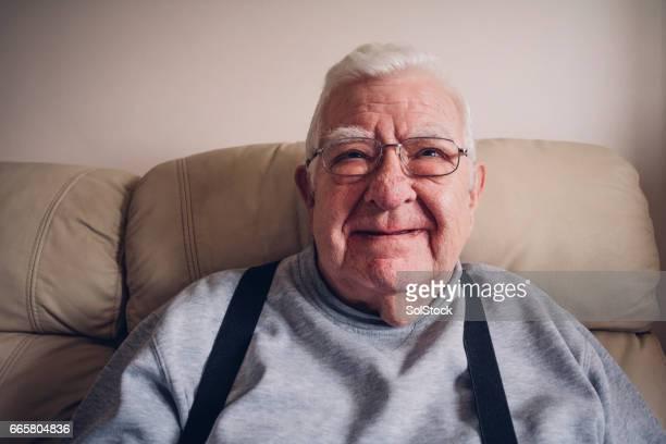 Senior homme heureux à la maison
