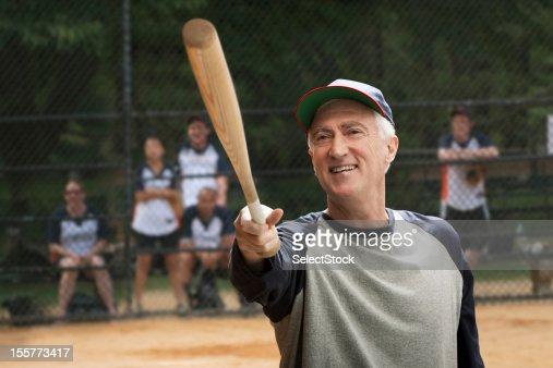 Idoso a segurar Taco de basebol