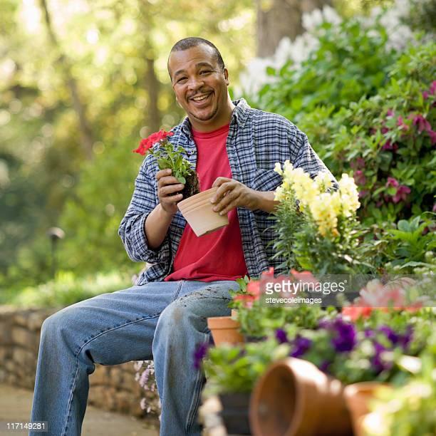 Älterer Mann in einem Garten