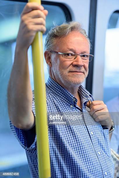 Alter Mann in der U-Bahn