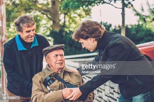 Uomo Anziano In Sedia A Rotelle Con Suo Figlio E Di Suo