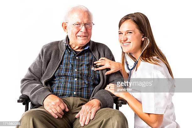 Alter Mann im Rollstuhl mit Krankenschwester