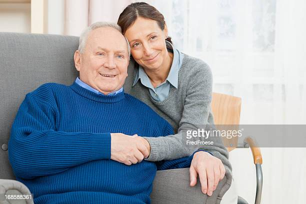 Uomo anziano In sedia con il Caregiver Ala