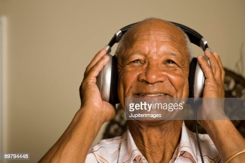 Senior man listening to headphones : Stock-Foto