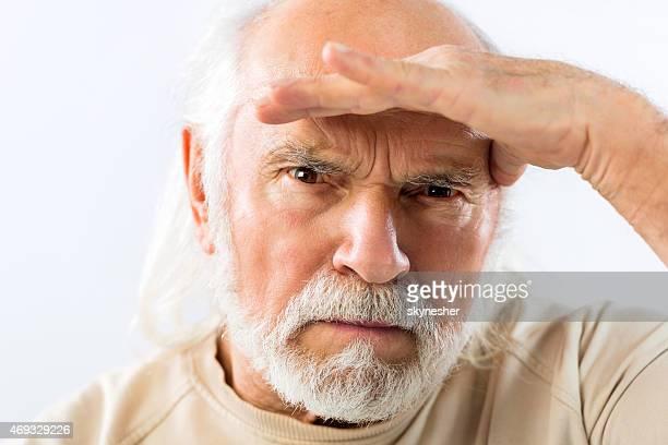 老人男性カメラ目線を手にたらします。