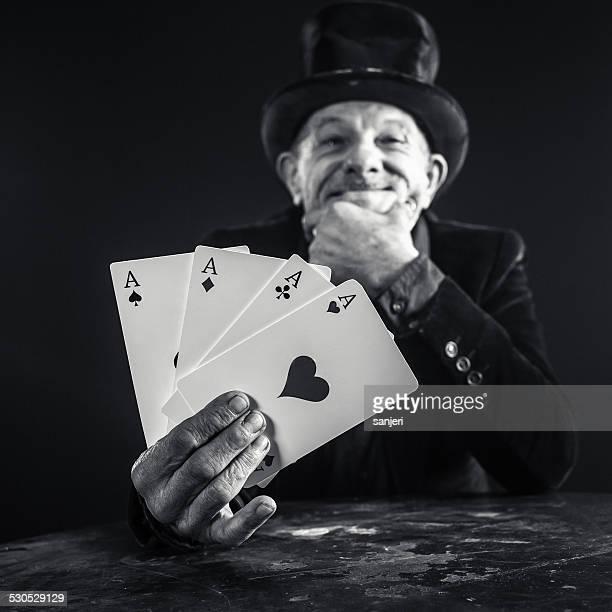 老人男性がカードトリックを、