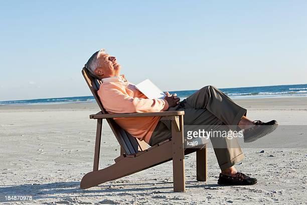 Uomo anziano relax in spiaggia