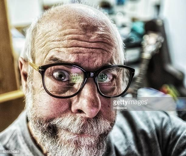Homme Senior Nerd ordinateur de bureau