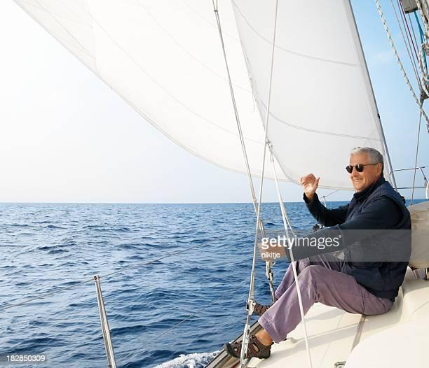 Uomo anziano sorridente su yacht e di