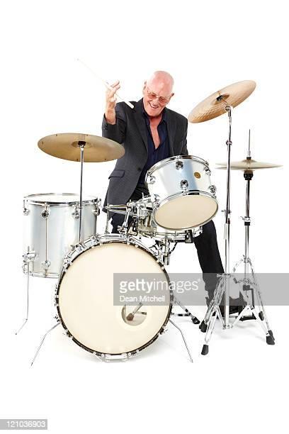 Alter Mann spielen eine Trommel Set-isoliert