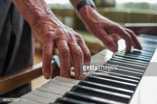 Ältere Mann spielt Klavier : Stock-Foto