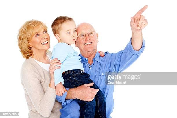 A Senior hombre señalando algo interesante para su familia