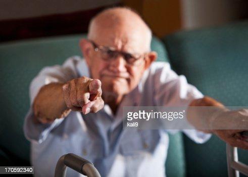Alter Mann mit dem Finger zeigen