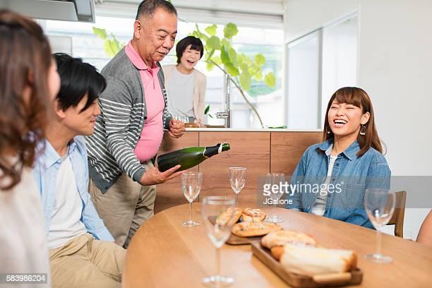 ワインをワイングラスに注いで年配の男性