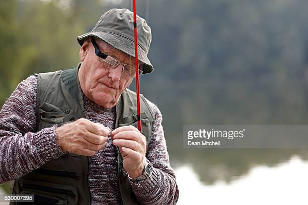 Alter Mann Vorbereitung des bait für Angeln