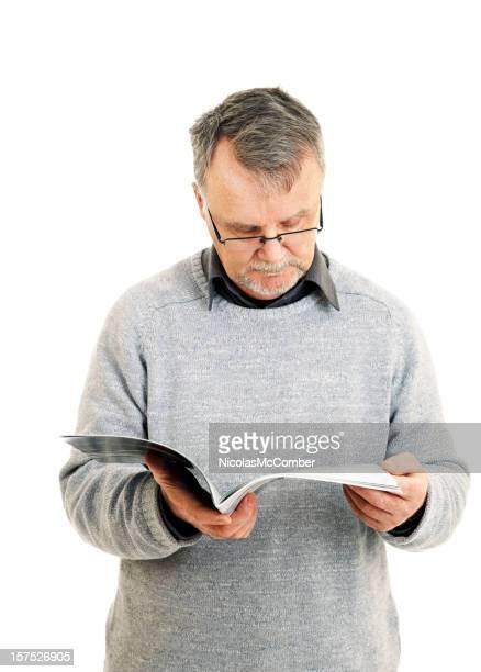 Uomo anziano leggendo una rivista