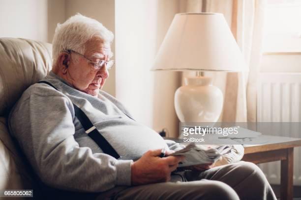Senior homme lire son journal