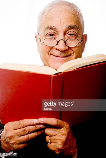 Älterer Mann liest