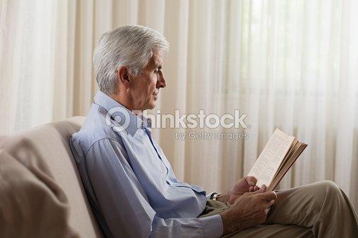 ltere menschen zu hause entspannen und ein buch zu lesen. Black Bedroom Furniture Sets. Home Design Ideas