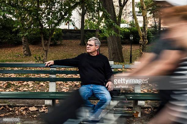 老人男性のベンチでくつろぎながら、セントラルパーク