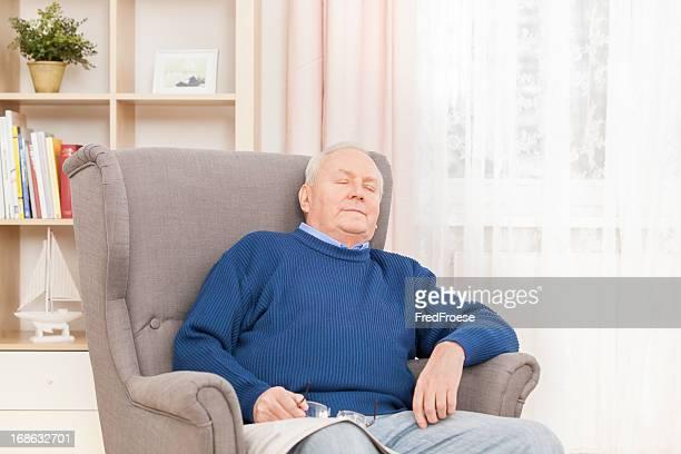Uomo anziano riposo In poltrona