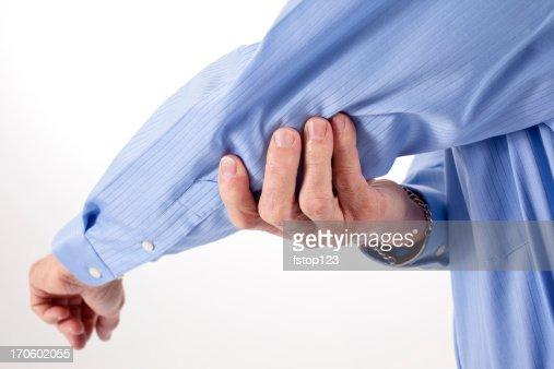 Senior hombre con dolor en el codo frotar