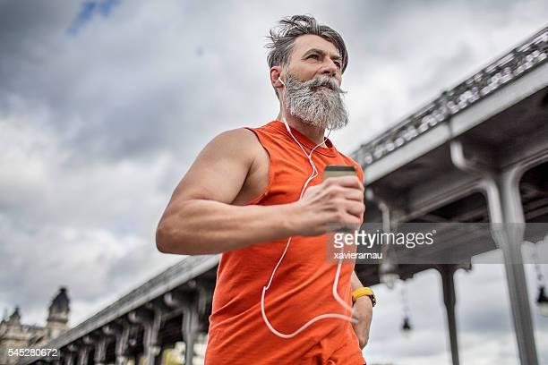 Alter Mann läuft in der Stadt