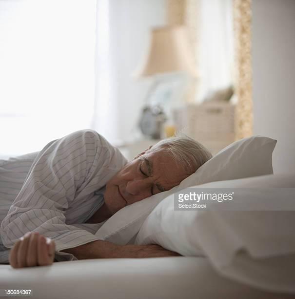 Uomo anziano dormire nel letto