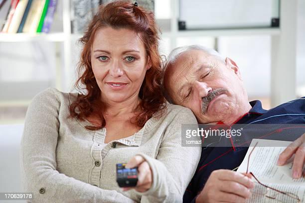 Senior man 寝室の肩に女性のテレビを見る