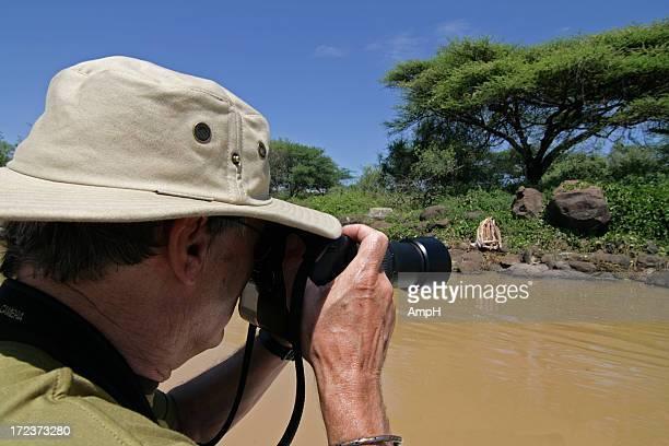 Senior hombre toma la foto en Safari