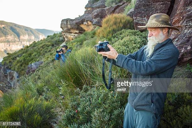 Senior hombre tomando fotografías de paisajes de las Montañas Azules de Australia