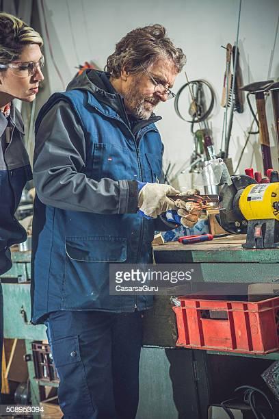 Jeune femme homme Senior enseignement en métal poli