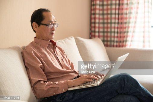 senior man using laptop : Foto de stock