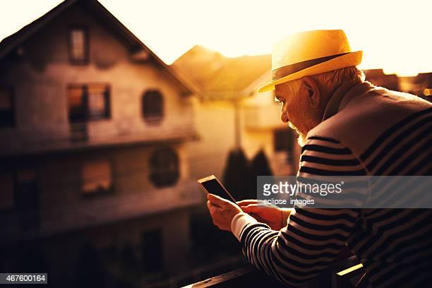 Senior hombre usando teléfono inteligente