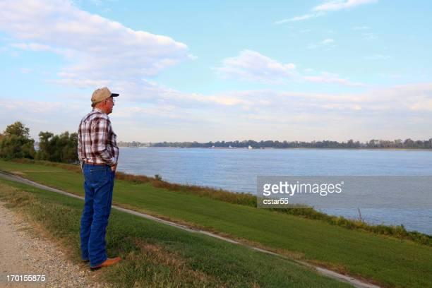 Homme Senior vue sur le fleuve Mississippi