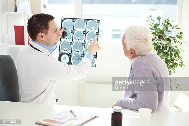 Senior homme visitant médecin.