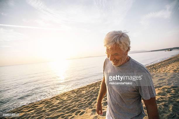 Senior homme marchant le long de la plage