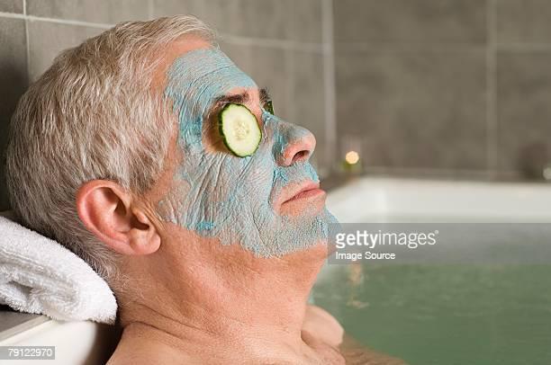 Senior hombre usando una máscara facial