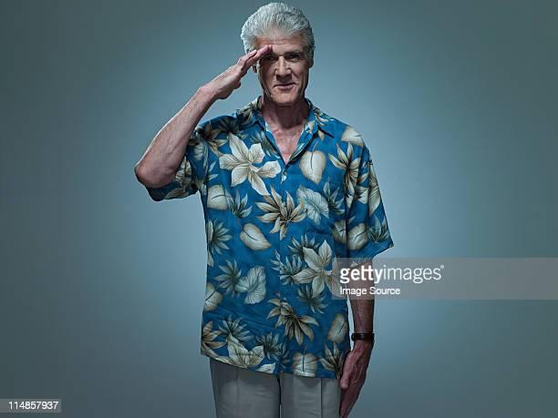 老人男性ハワイのシャツを着ている敬礼、ポートレート